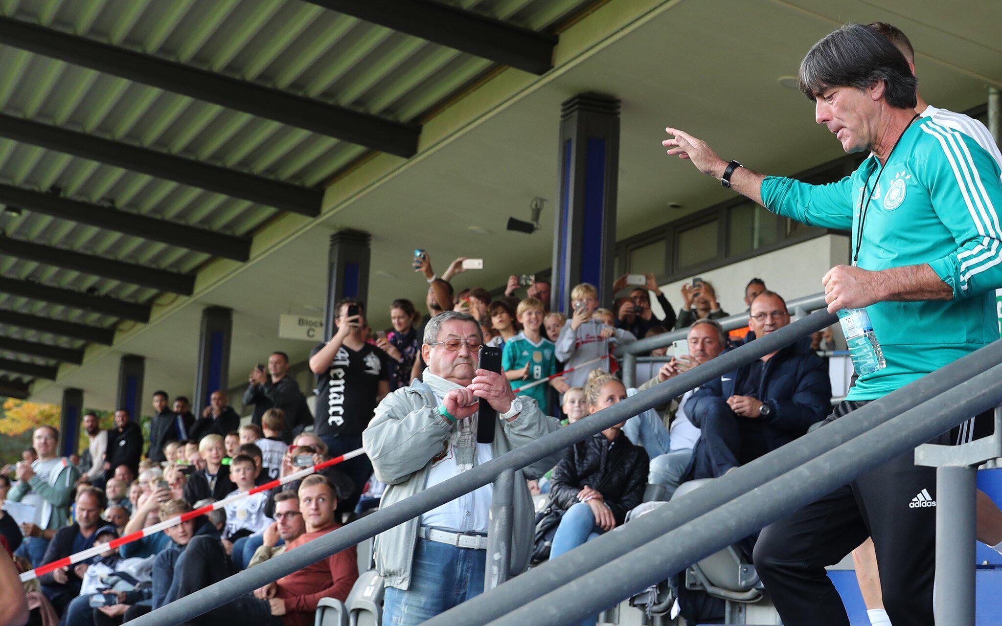 Bild zu Nationalmannschaft, Training, Berlin, Joachim Löw, Bundestrainer, Fans