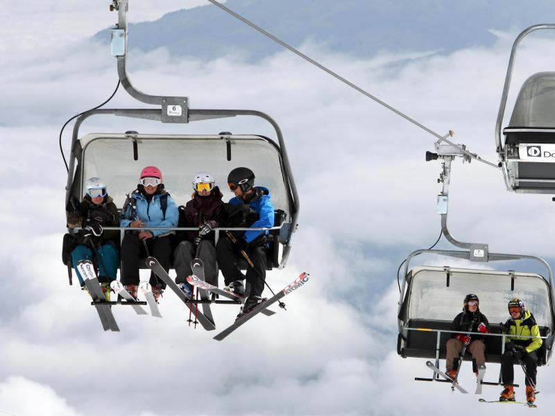 Bild zu Wintersportler im Sessellift