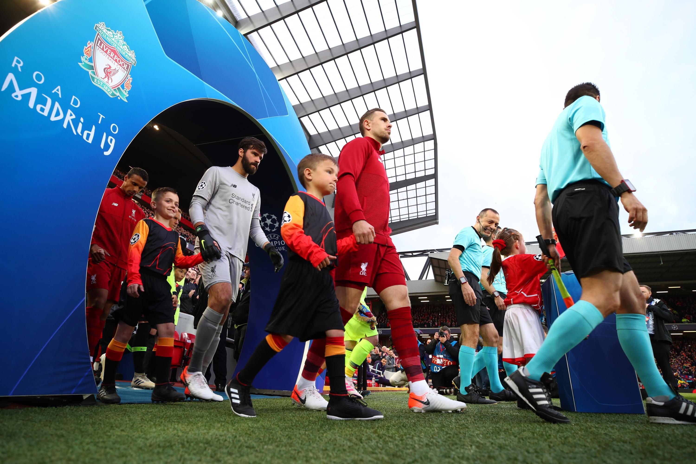 Bild zu FC Liverpool, FC Barcelona, Champions League, Halbfinale, Einmarsch, Jordan Henderson