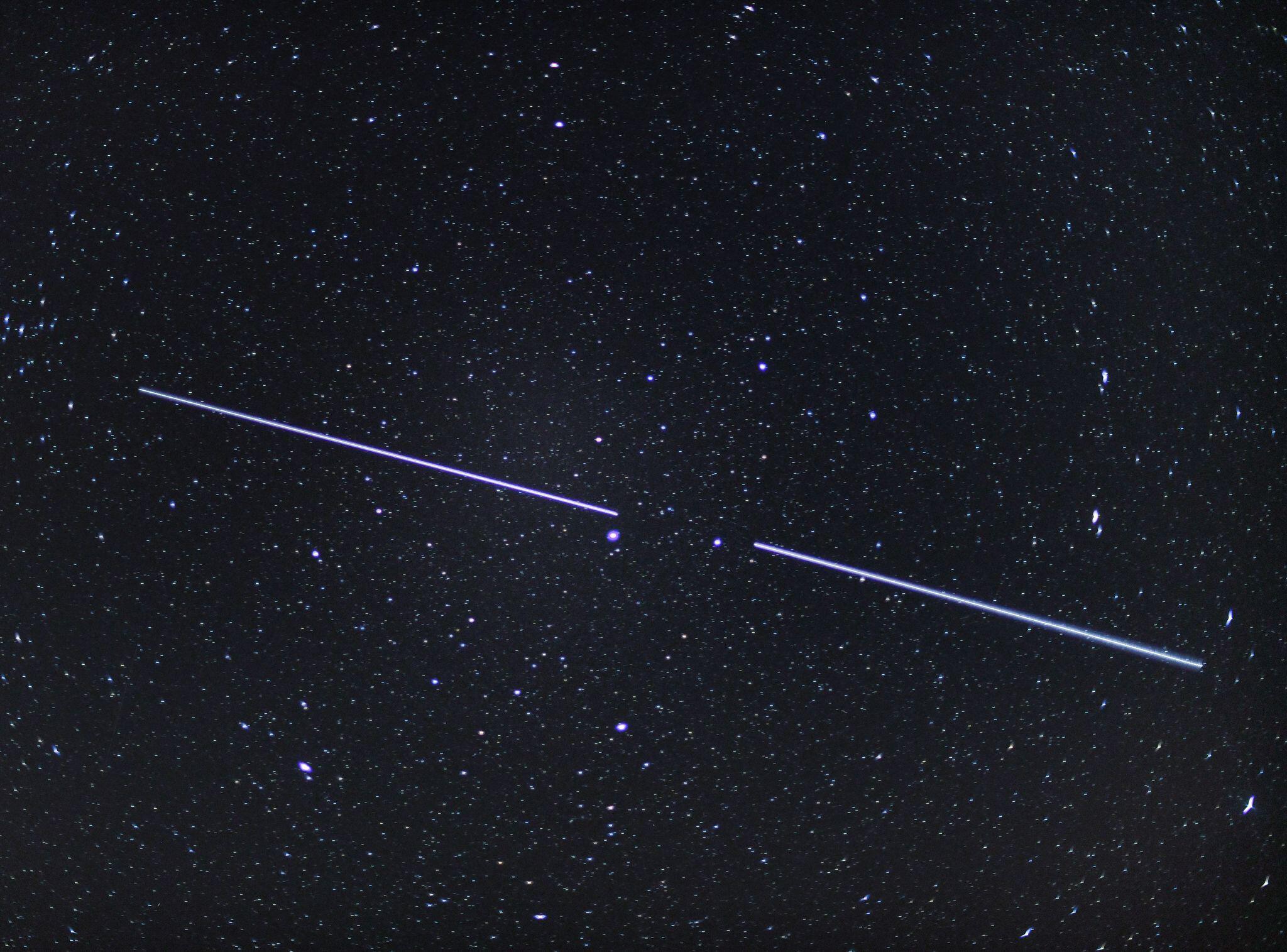 Bild zu Lichterkette am Nachthimmel