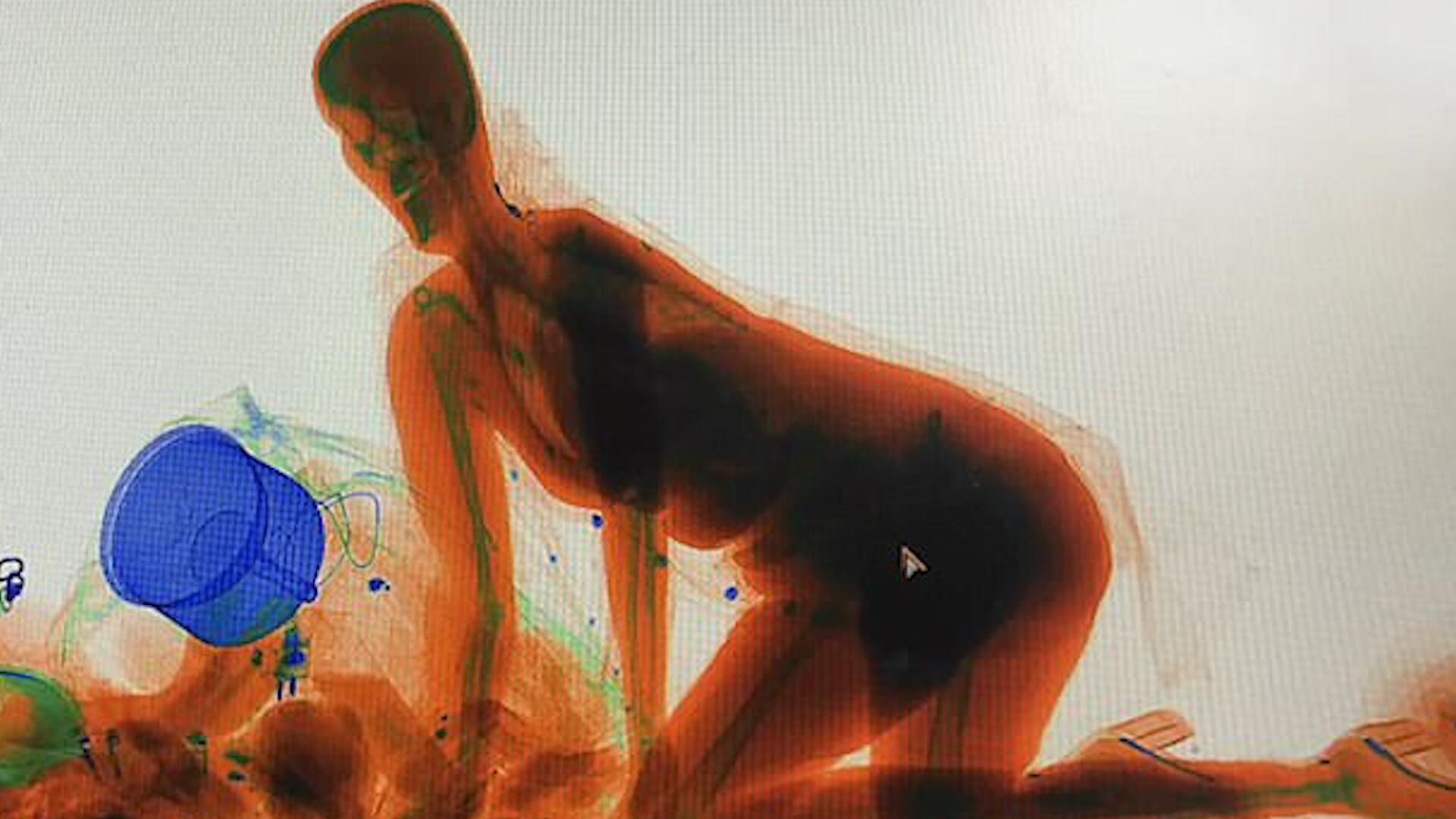 Bild zu Handtasche weg? Chinesin klettert in Gepäck-Röntgengerät