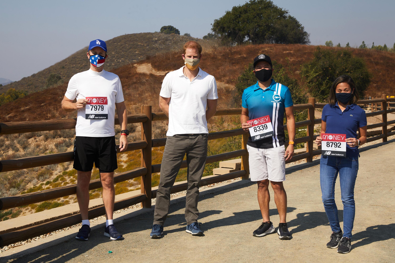 Bild zu Prinz Harry (2.v.l.) gratulierte einem Marathon-Ehepaar in Los Angeles.