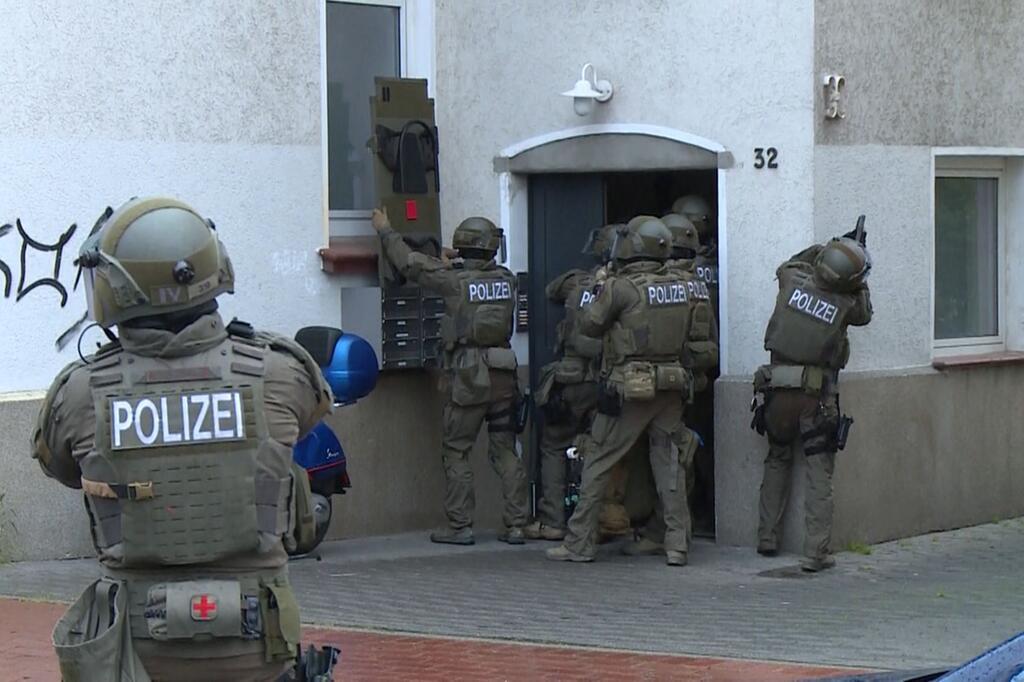 Mann auf Kreuzung erschossen - Polizei stürmt eine Wohnung