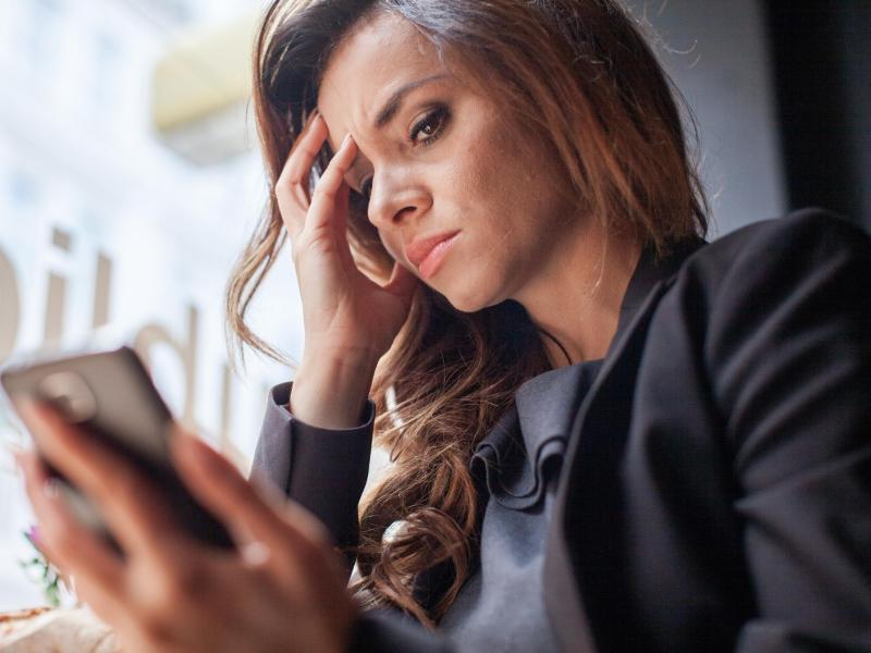 Bild zu Frau mit Smartphone