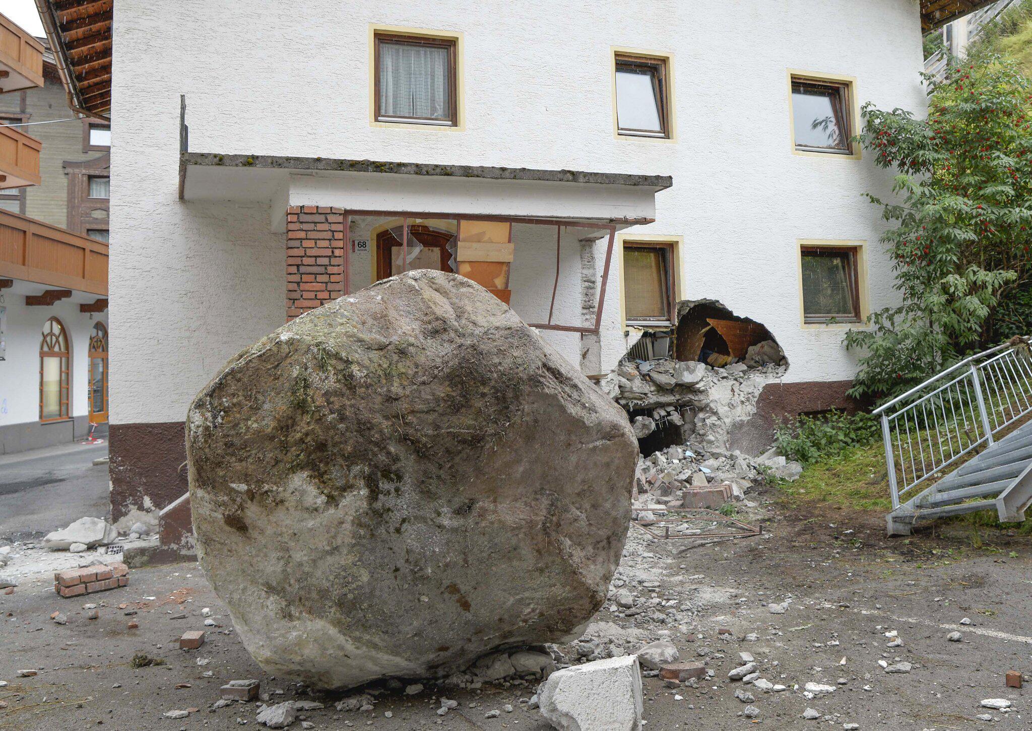 Bild zu Felsbrocken prallt gegen Haus