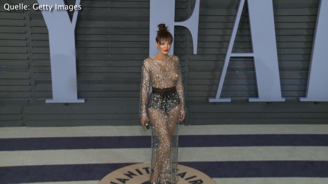 Bild zu Gewagtes Kleid: Sängerin zeigt sich auf dem roten Teppich in einem Hauch von Nichts