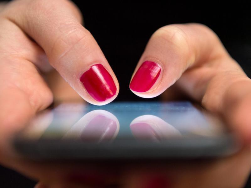 Bild zu Smartphone am Arbeitsplatz