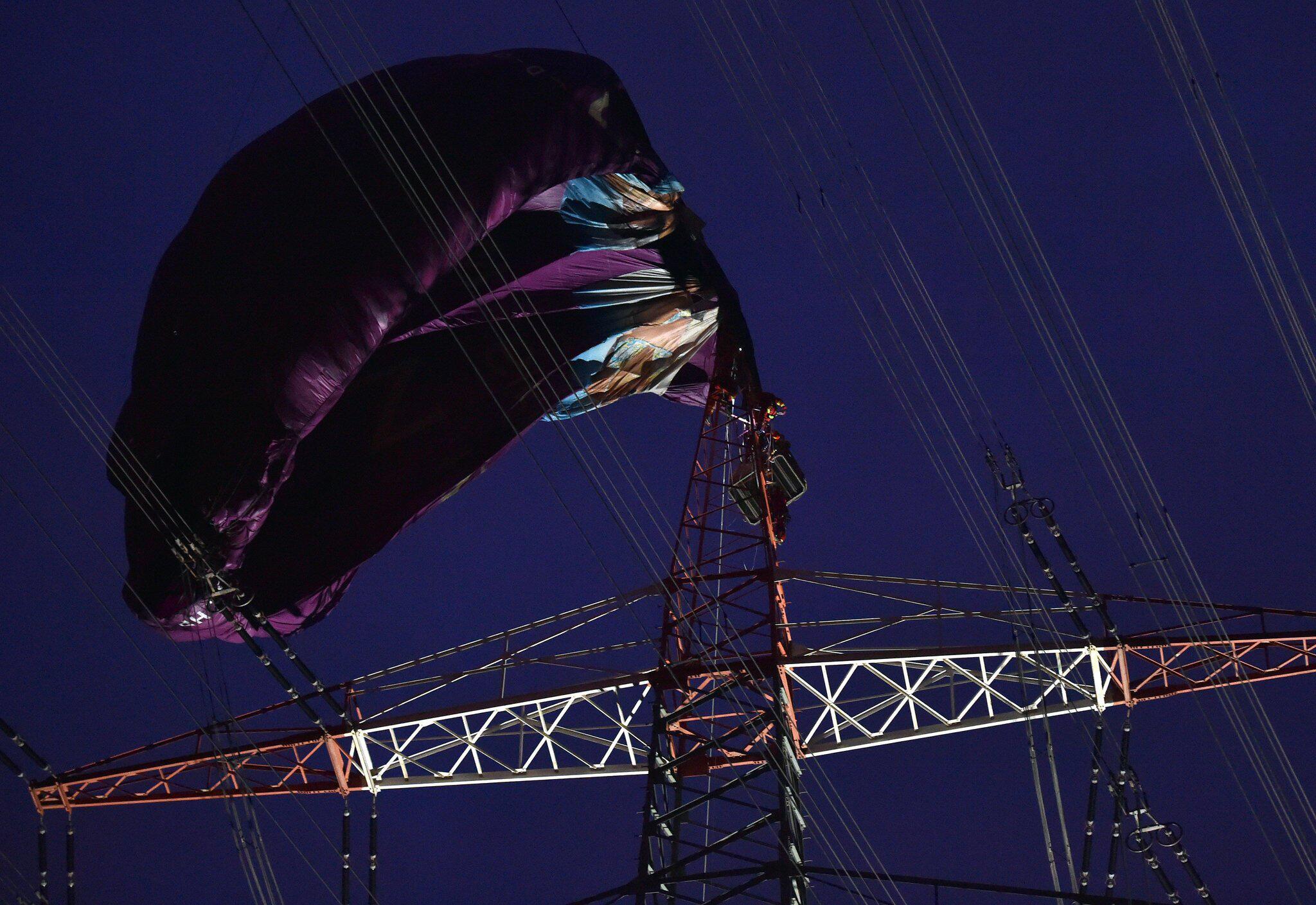 Bild zu Heißluftballon stürzt in Stromleitung