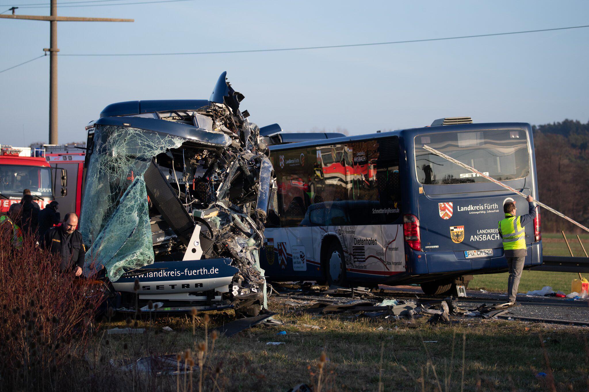 Bild zu Zwei Schulbusse kollidiert