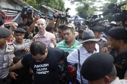 Angehörige auf dem Weg zur Hinrichtungsinsel Nusa Kambangan