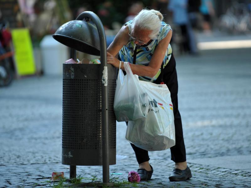 Bild zu Pfandflaschensuche im Müll
