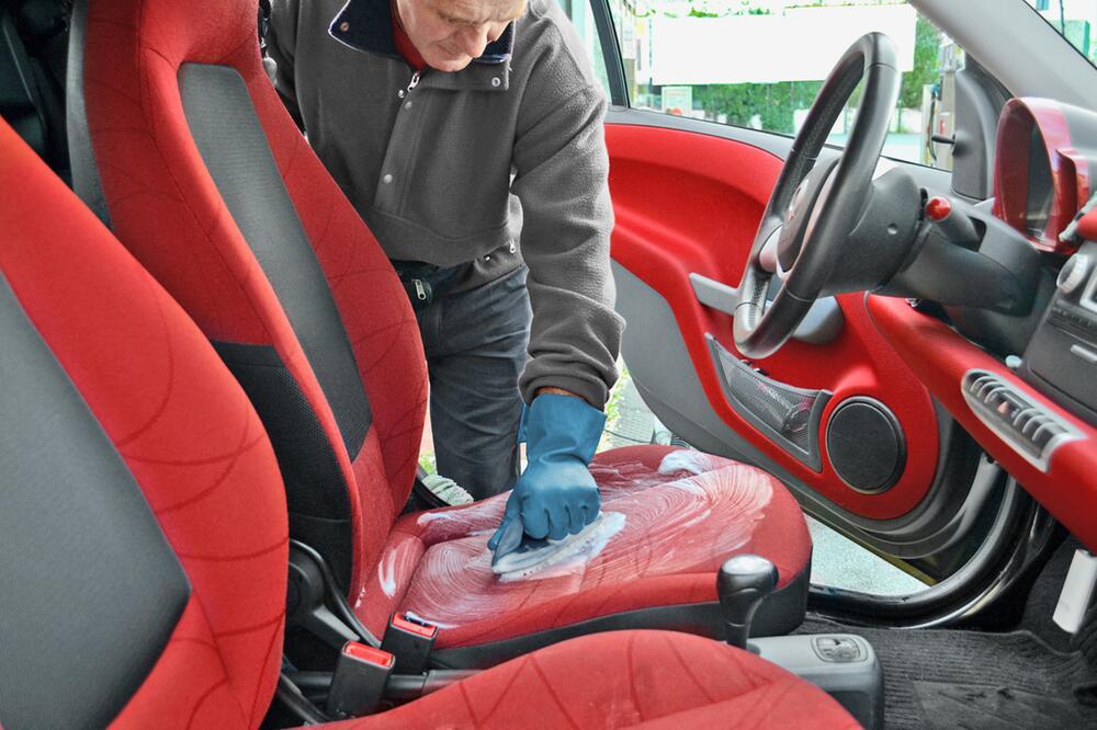 Autositze feucht und mit Polsterschaum reinigen