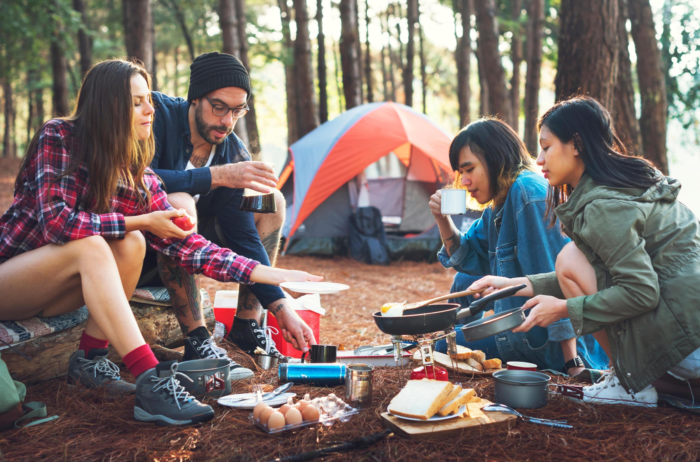 Bild zu camping, zelten, kochen, essen, grill, kocher, besteck, urlaub, sommer, campingzubehör