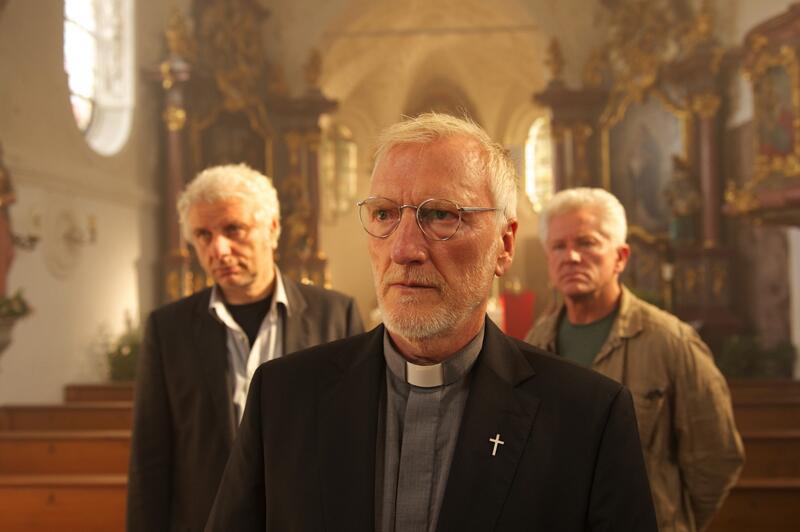 Bild zu Pfarrer Fruhmann und die Kommissare Batic und Leitmayr in einem brutalen Fall