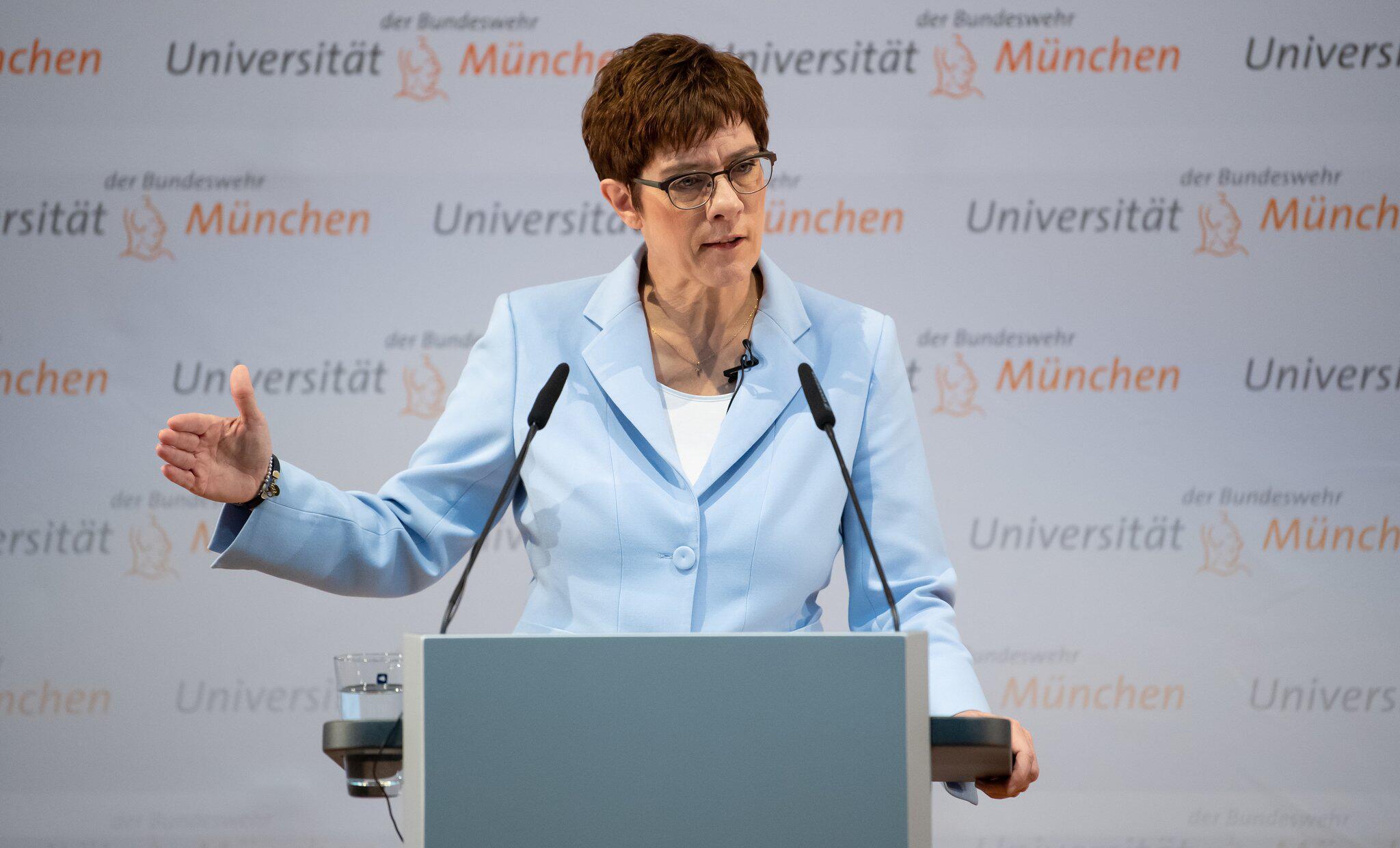 Bild zu Kramp-Karrenbauer besucht Universität der Bundeswehr