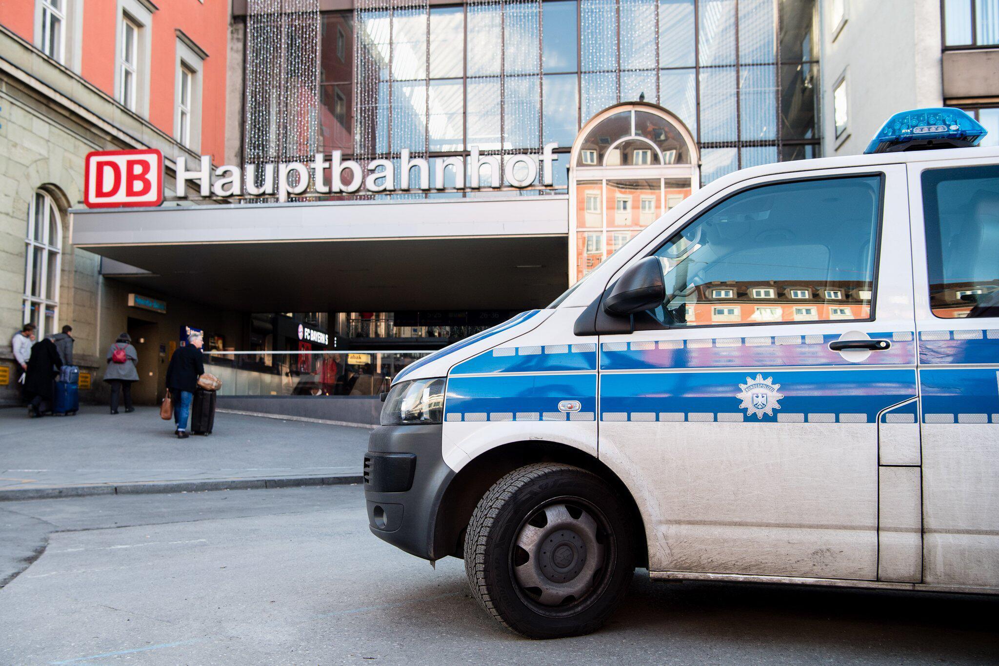 Bild zu Polizist am Bahnhof angegriffen