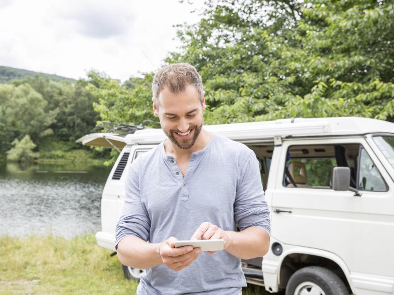 Bild zu Ein Camper mit Smartphone