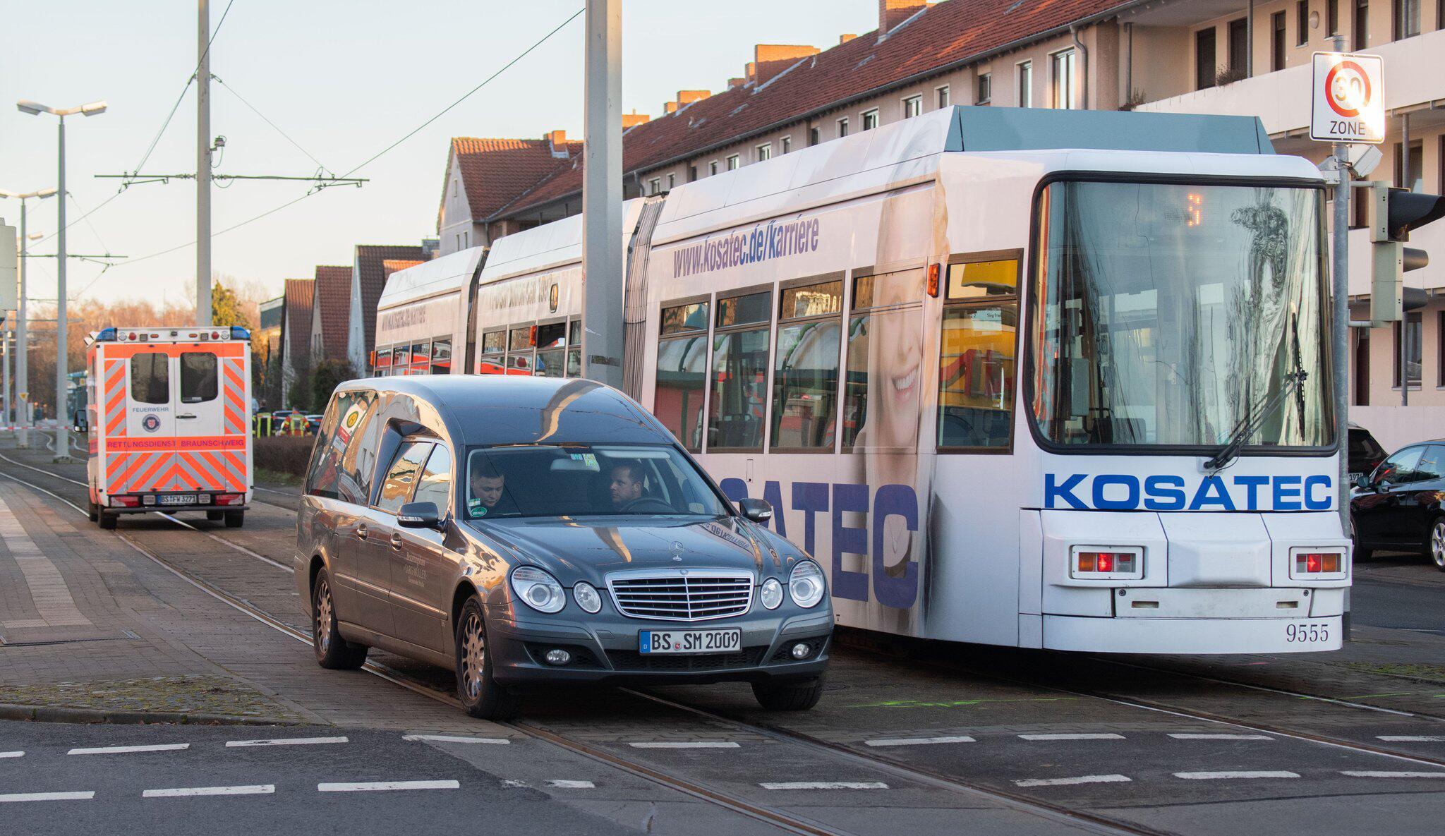 Bild zu Kind stirbt bei Unfall mit Straßenbahn