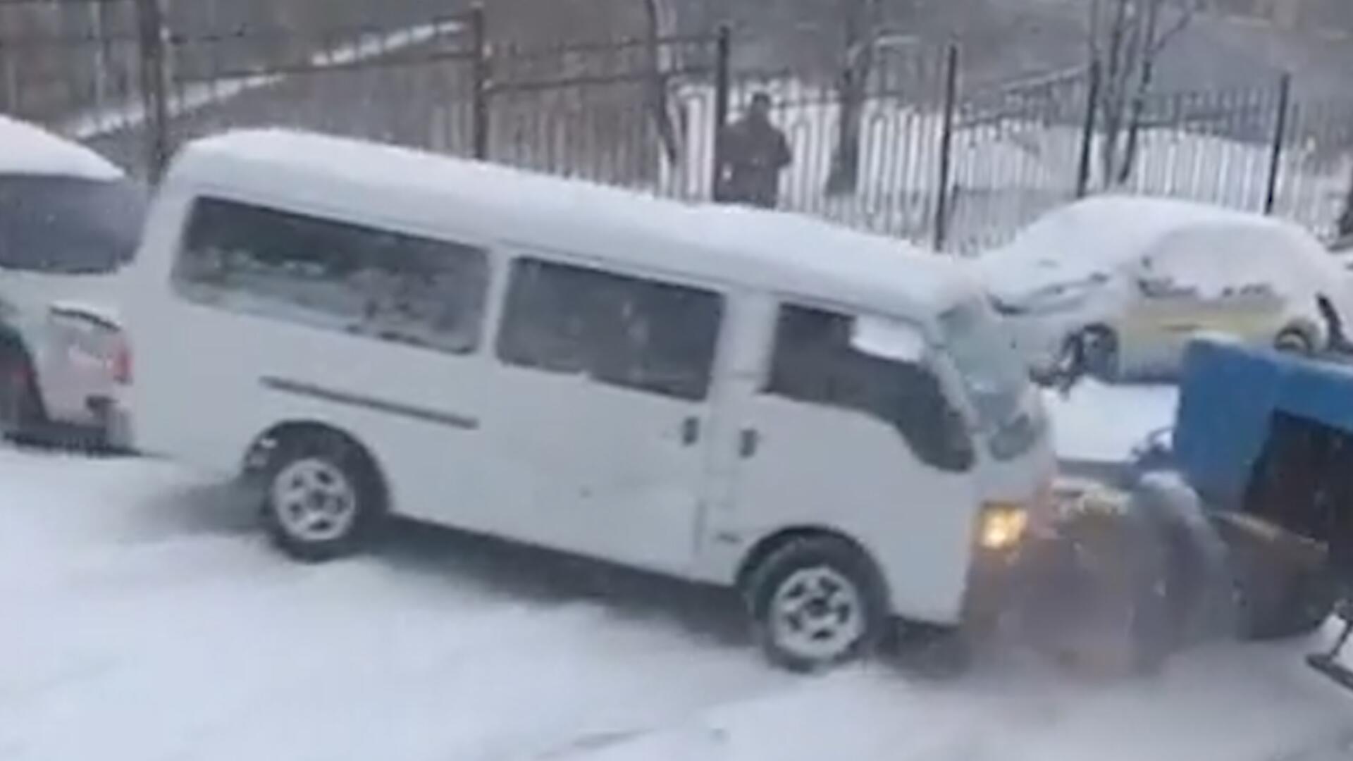 Bild zu Russland: Schnee und Eis verursachen Massenkarambolage in Wladiwostok