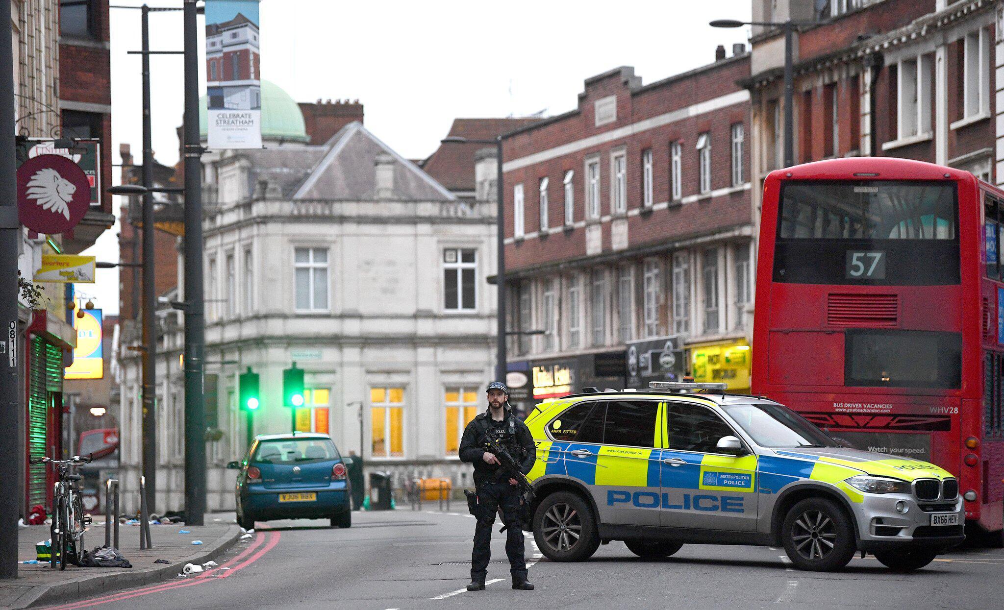 Bild zu Mann sticht in London Passanten nieder