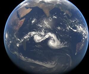 """Die beiden Tropenstürme """"Diamondra"""" und """"Eunice"""" wirbeln über den Indischen Ozean."""
