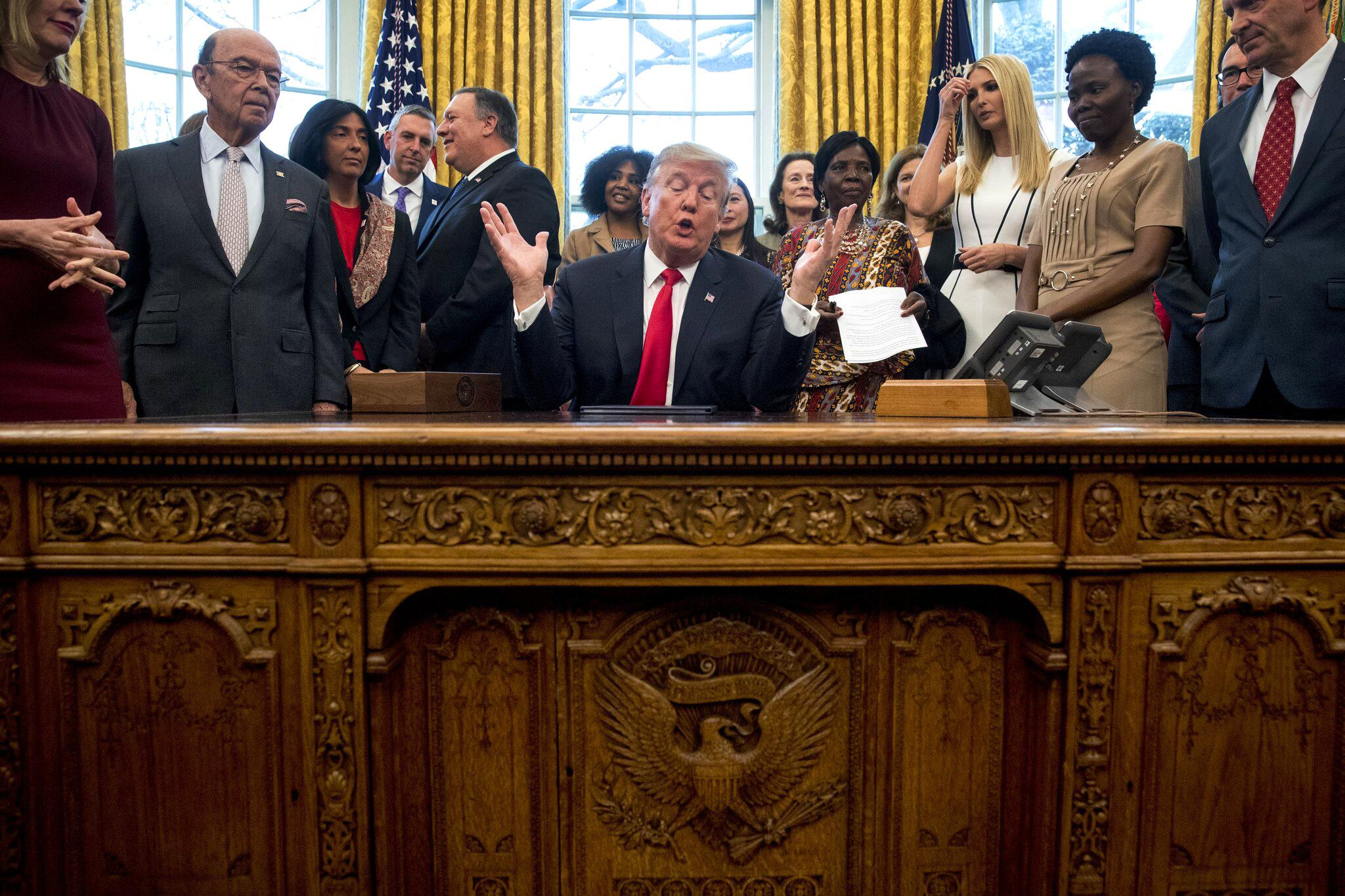 Bild zu Donald Trump unterzeichnet Frauen-Initiative