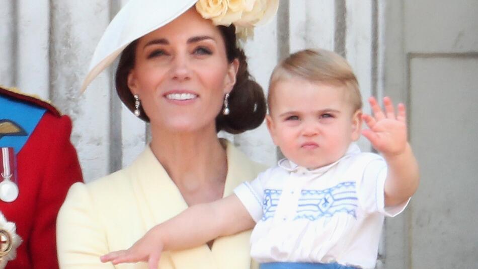 Herzogin Kate hält Prinz Louis.