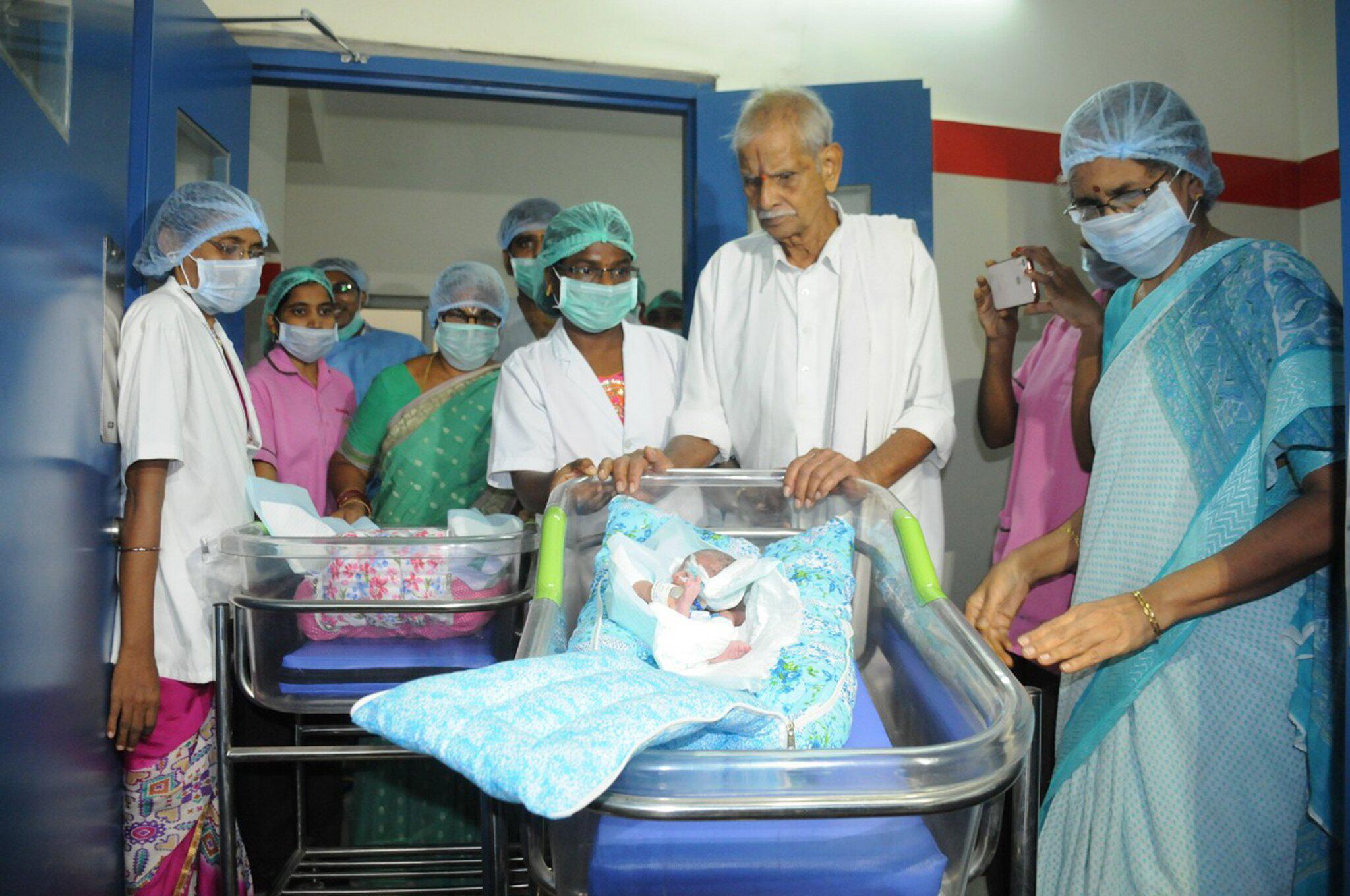 Bild zu 73-jährige Frau in Indien gebärt Zwillinge