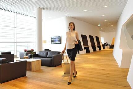Frau in einer VIP-Lounge