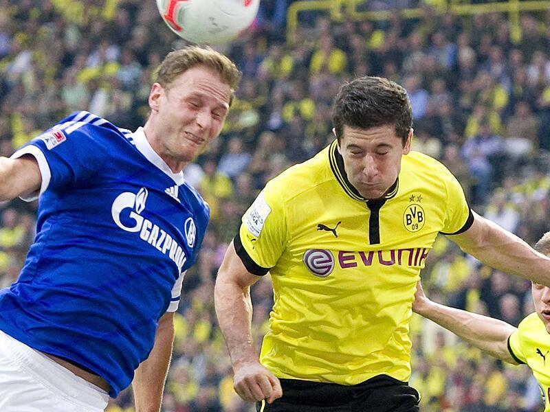 Bild zu Höwedes und Lewandowski im Zweikampf