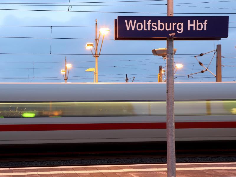 Bild zu ICE fährt durch Wolfsburg