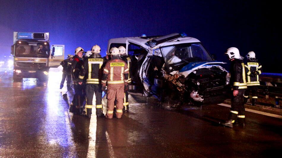 Polizeiauto rammt Lkw in Rettungsgasse