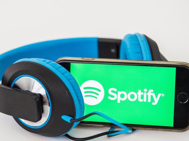 Bild zu Handy und Kopfhörer