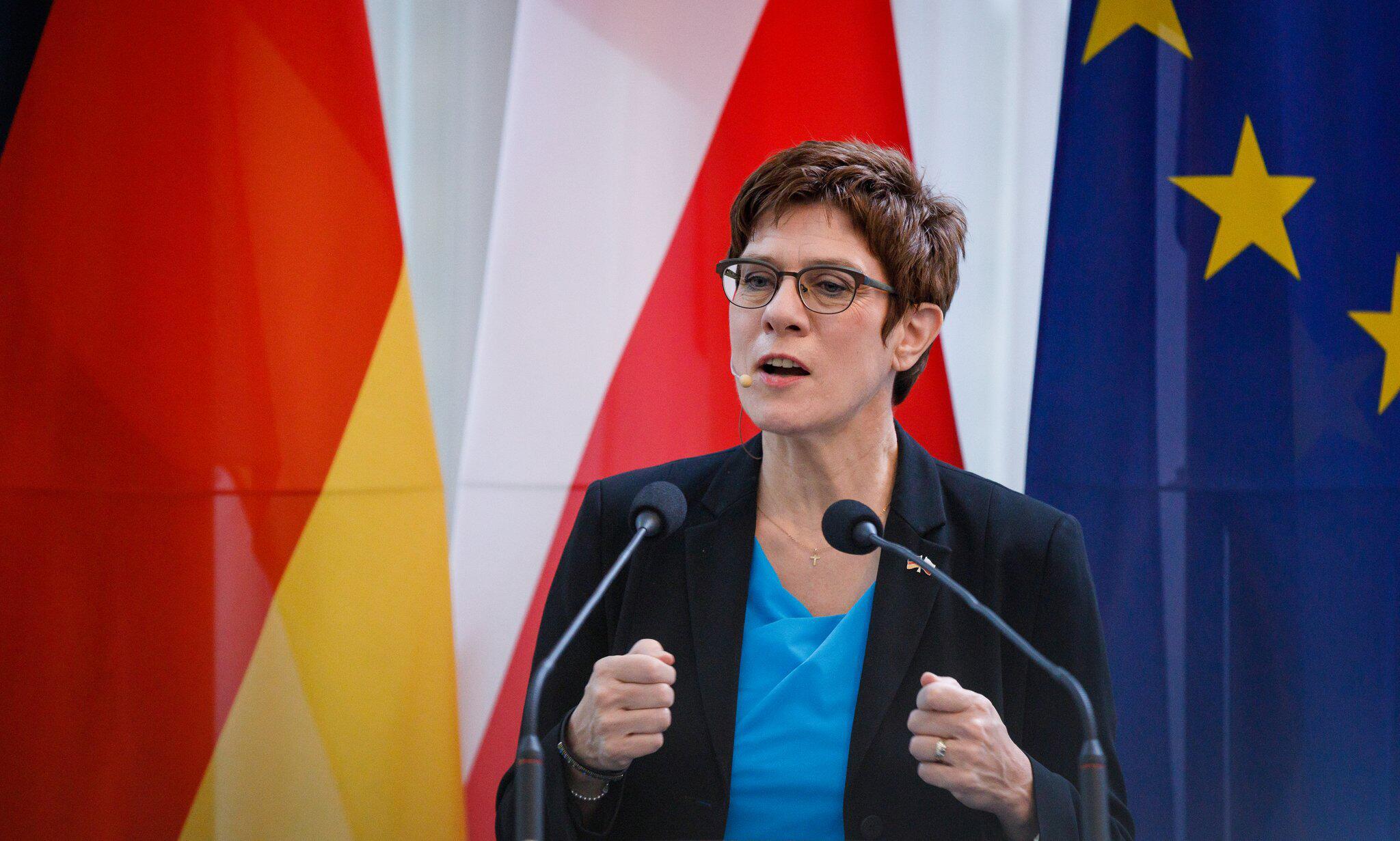 Bild zu Verteidigungsministerin Kramp-Karrenbauer in Polen
