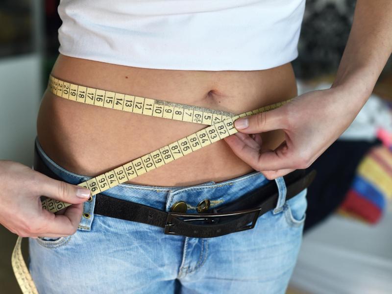 Bild zu Frau mit Zentimetermaß