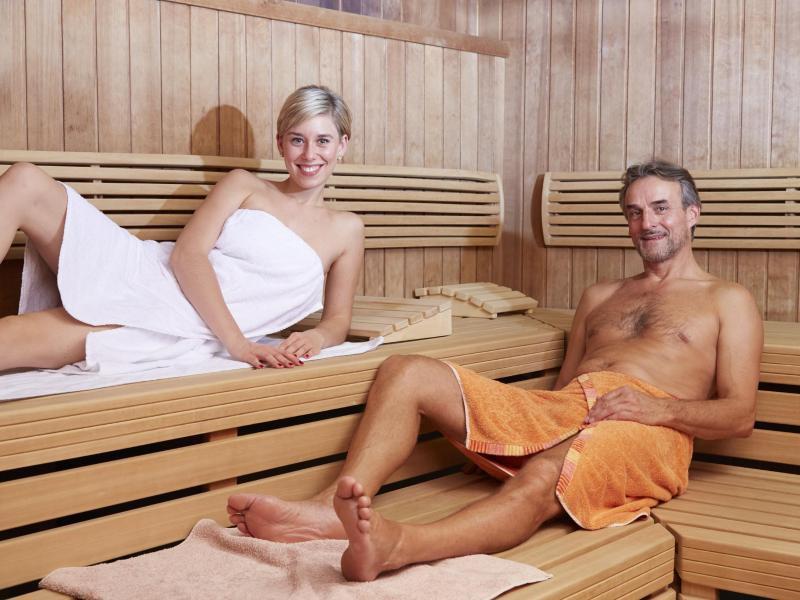 smotret-seks-v-saune-onlayn-porno-zhena-laskaet-paltsami-huy-muzha-vnutri-pizdi