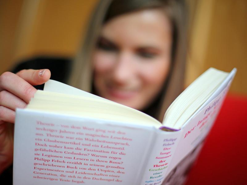Bild zu Eine junge Frau liest