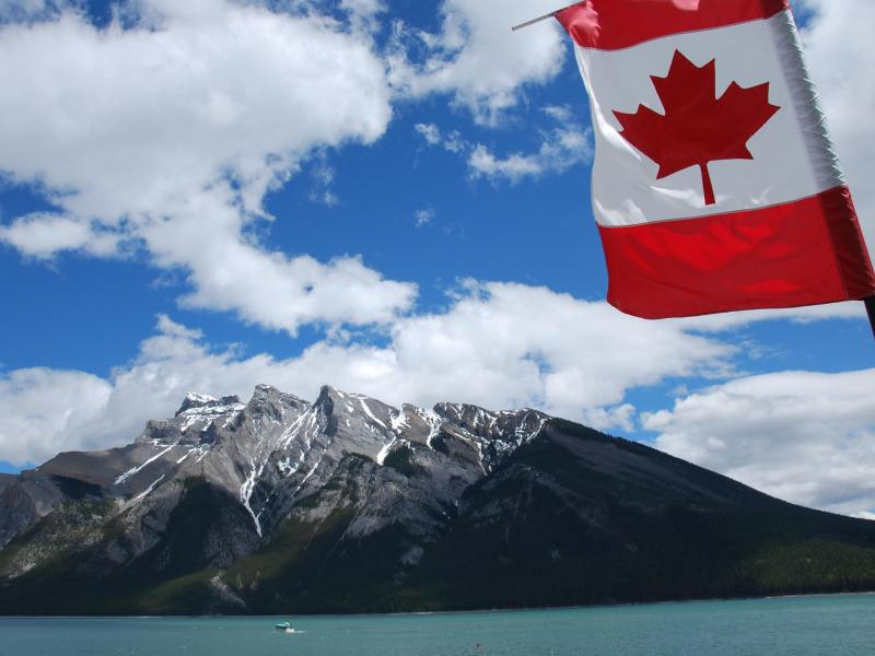 Bild zu Kanadischea Flagge am Banff-Nationalpark
