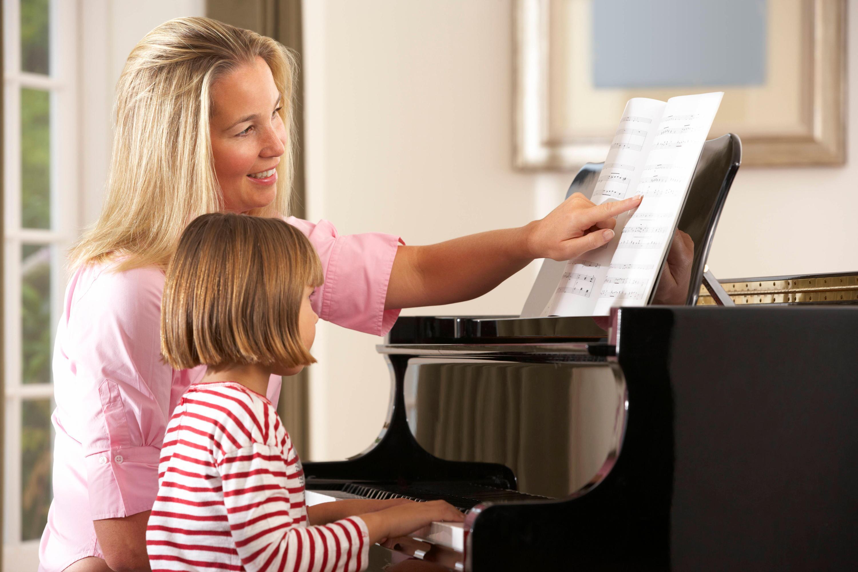 Bild zu Musiklehrerin und Schülerin