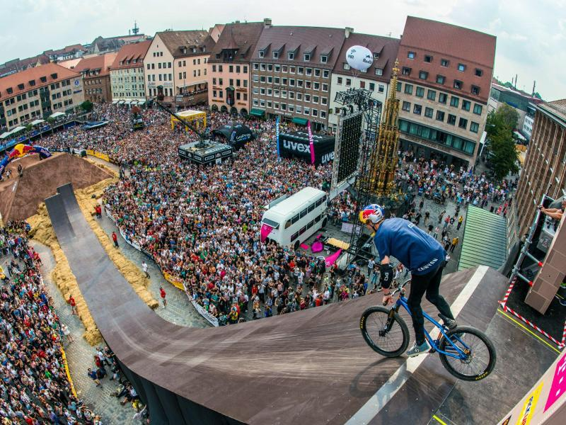 Bild zu Freestyle-Mountainbiker
