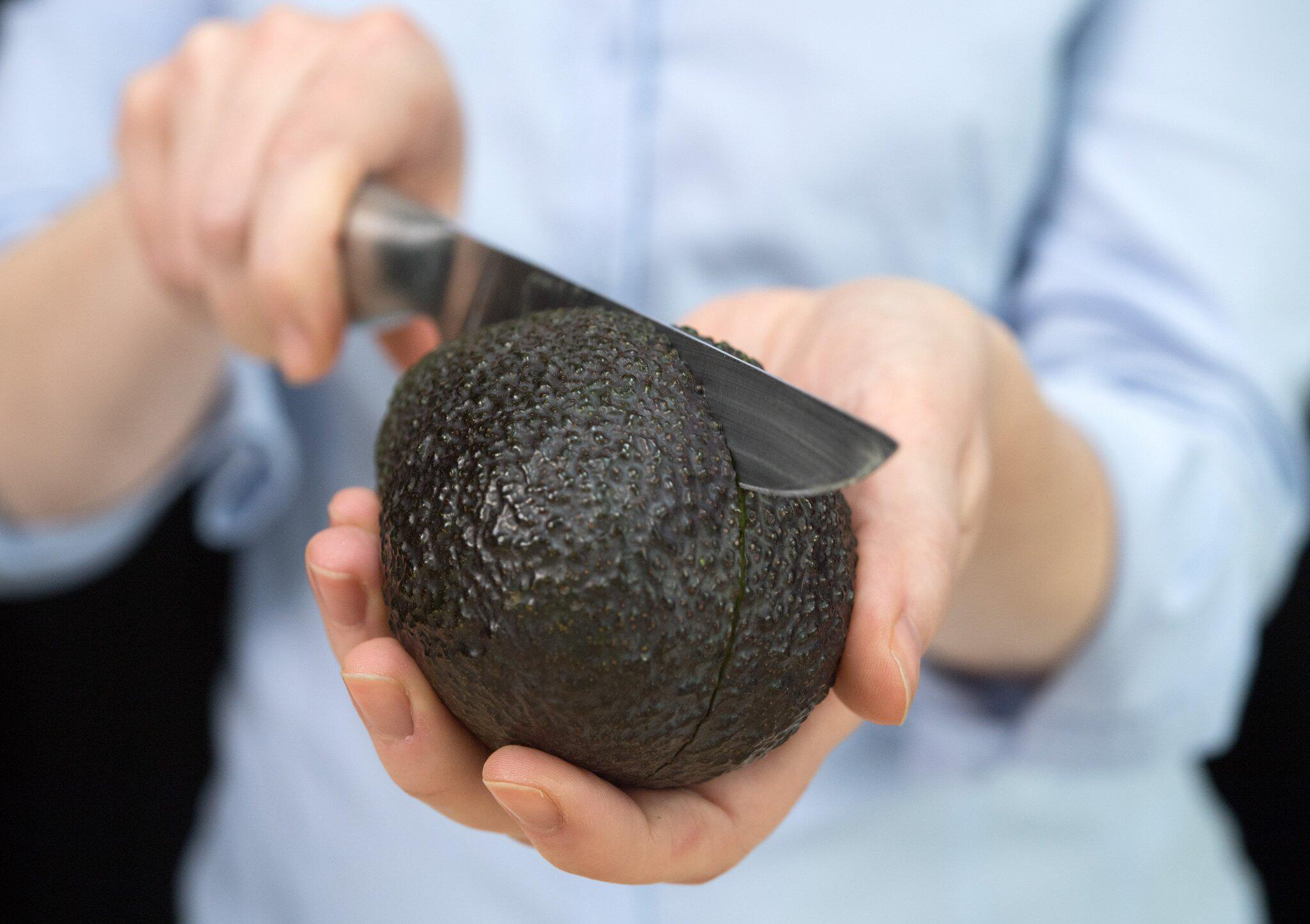 Bild zu Avocado wird geschnitten