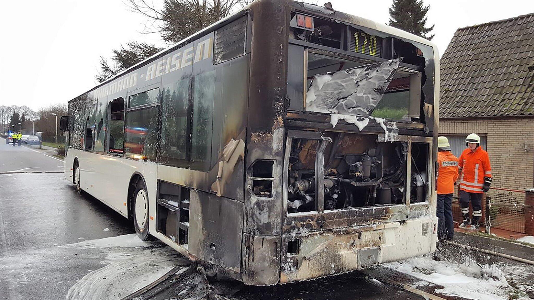 Bild zu Fahrgäste retten sich aus brennendem Linienbus