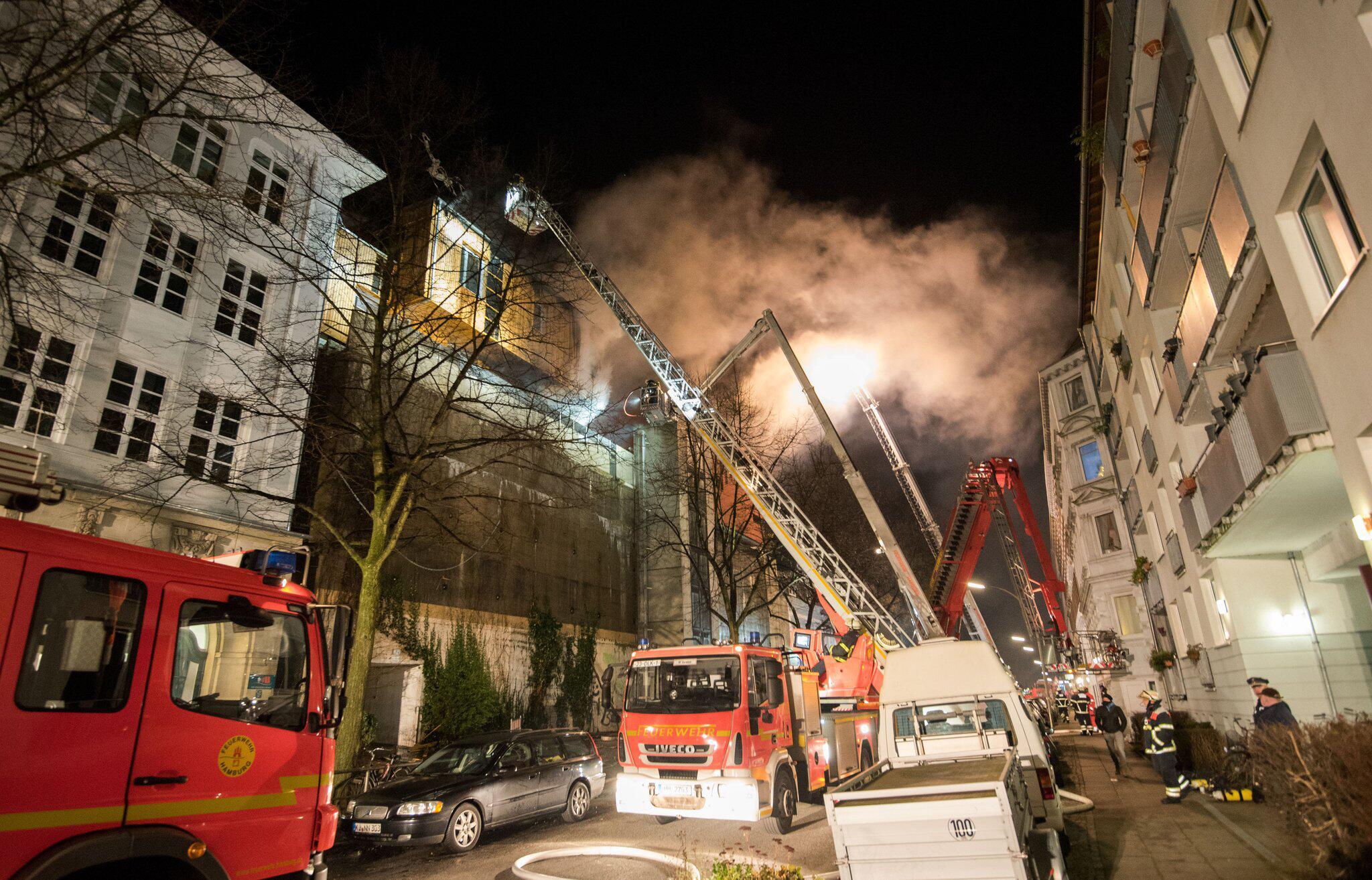Bild zu Holz-Penthaus auf Hamburger Musik-Bunker abgebrannt