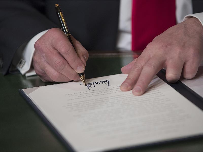 Bild zu Die Unterschrift des Neuen