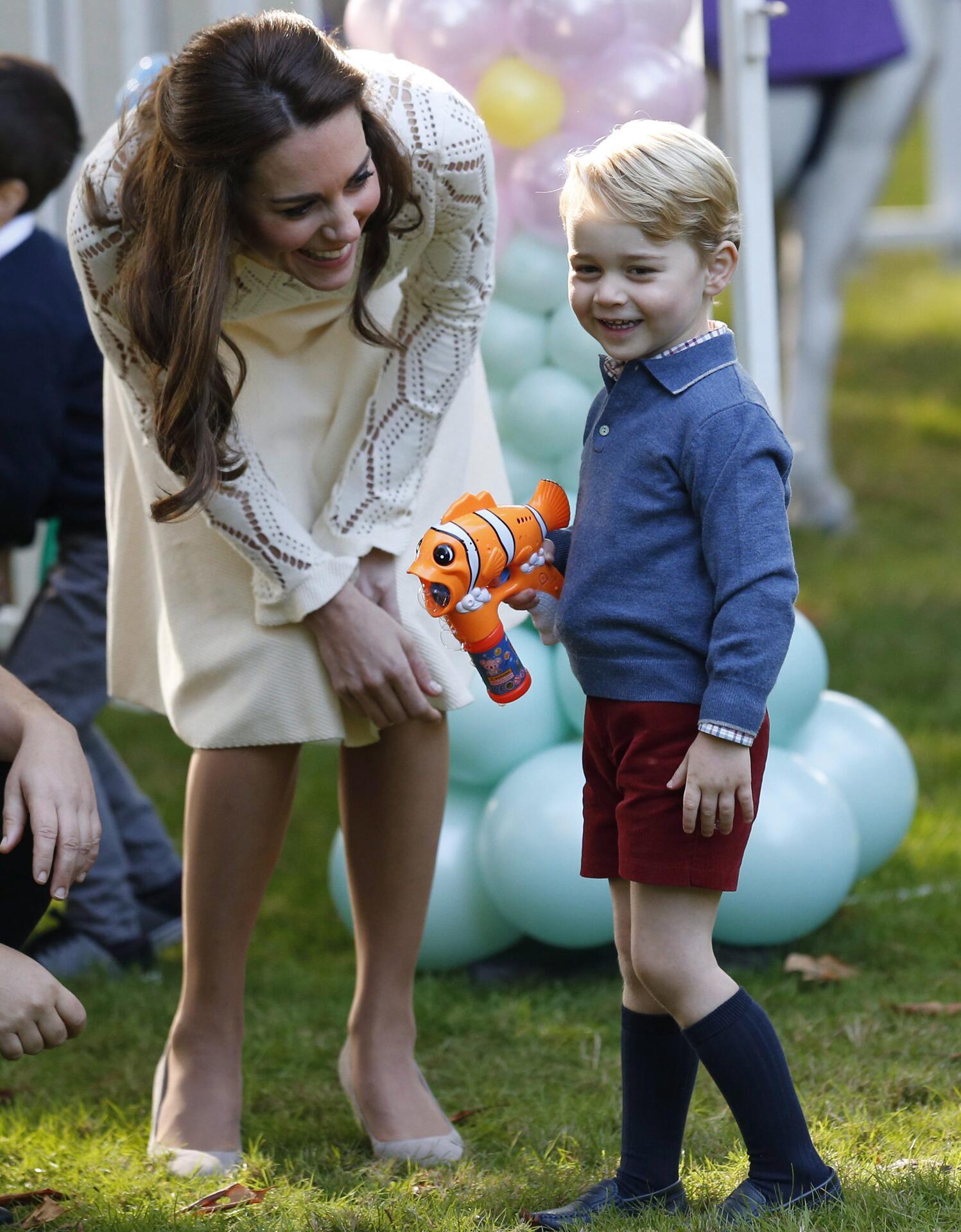 Bild zu Herzogin Kate, Prinz George, Wasserpistole