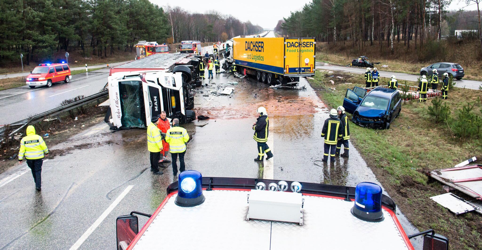 Bild zu Drei Tote bei Unfall auf der A24