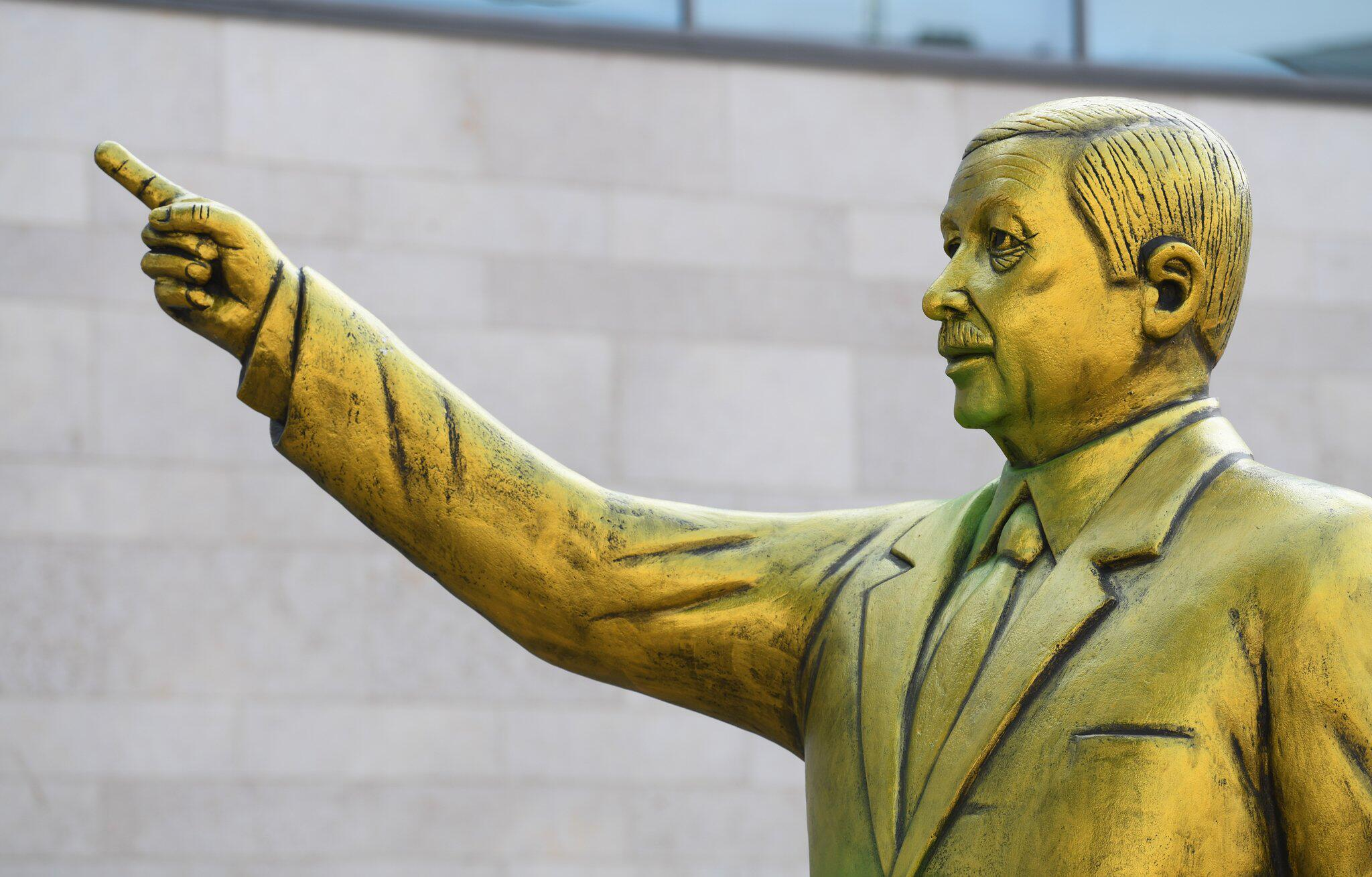 Bild zu Erdogan Statue