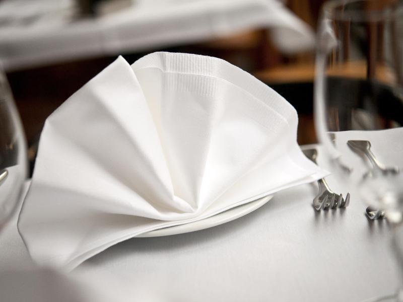 Bild zu Tisch mit Besteck und Serviette