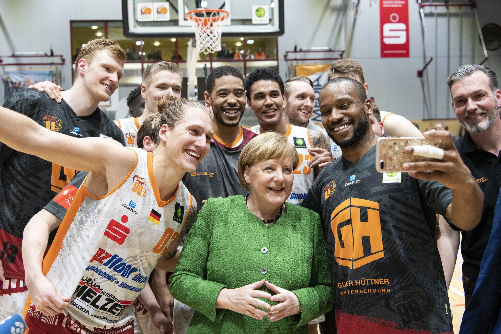 Bild zu Merkel zu Überraschungsbesuch in Chemnitz