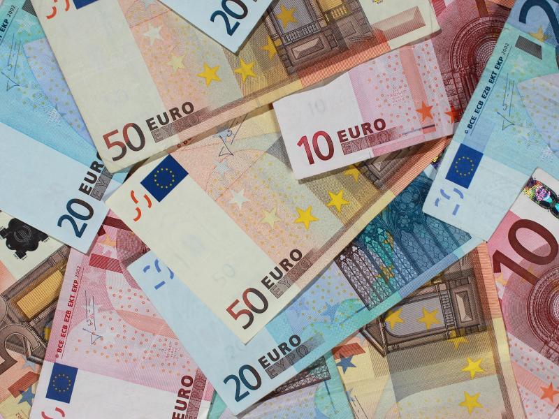 Bild zu Banknoten liegen auf einem Tisch